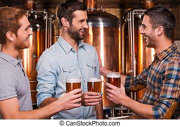 站立, 啤酒廠, 當時, 人, 年輕, 三, 快樂, 談話, 啤酒, 其他, 為歡呼, 穿戴, 藏品, 每一個, friends!, 微笑, 暫存工, 眼鏡