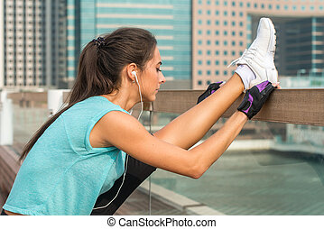 站立, 城市, 婦女, 射擊, 她, headphones., 垂直, 分裂, 伸展, 年輕, 向上, 工作, 街道, 音樂, 鍛煉, 听, 健身, 腿, 關閉, 在外