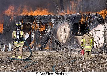 站立, 房子, 消防人員, 燃燒, 前面