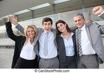 站立, 組, 商業界人士, 外面, 愉快