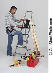 站, 梯子, 木匠, 當, 使用便攜式計算机