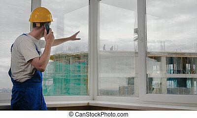 給, 建設, crane., 他的, 建議, 工作地點, 建造者, 叫, collegues