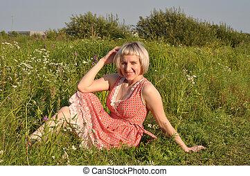 美麗, grass., 婦女, 微笑, 坐