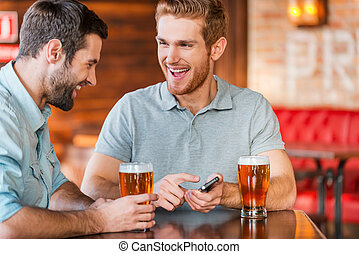 聰明, 人, 愉快, 二, 喝酒, 微笑, 藏品, 便裝, 僅僅, 年輕, 它, 一, 電話, pub, 他們, 當時, 這, 指, 啤酒, 看, photo!