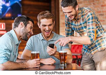 聰明, 人, 愉快, 喝酒, 有, 朋友, 便裝, 年輕, 一, 電話, pub, 三, 他們, 當時, fun., 指, 啤酒, 微笑
