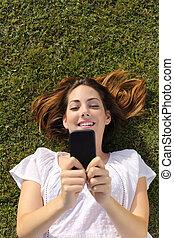 聰明, 婦女, 草, 看法, 電話, texting, 躺, 頂部