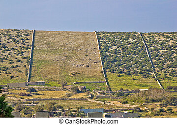 荒島, 石頭牆, pag