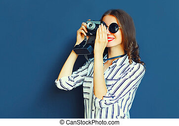 葡萄酒, 攝影師, 在上方, 背景, 年輕, 微笑, 照像機, 牆, 婦女, 藍色, 肖像, 電影