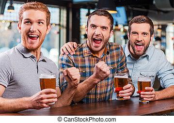 藏品, 人, 眼鏡, 為歡呼, 足球, 觀看, 愉快, 暫存工, goal!, 年輕, 它, 比賽, 一起, 啤酒, 三, 酒吧, 穿戴, 當時