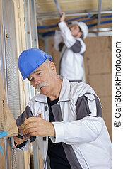 裝設金屬線, 年長者, 建設電工, 站點