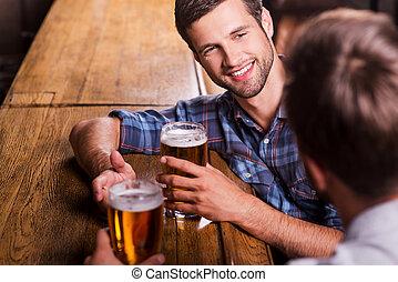 談話, 人談話, bar., 友好, 愉快, 年輕, 每一個, 看法, 手勢, 其他, 二, 喝酒, 啤酒, 桌面, 酒吧, 當時