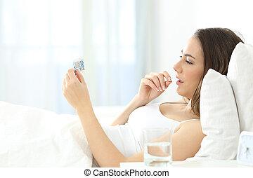避孕, 婦女, 拿, 床, 嚴肅, 藥丸