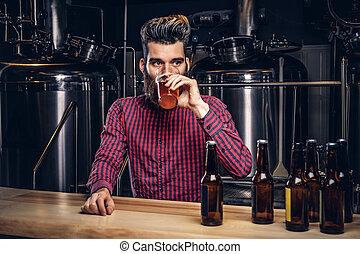 酒吧, 坐, indie, 計數器, 頭髮, brewery., 啤酒, 行家, 時髦, 喝酒, 男性, 胡子