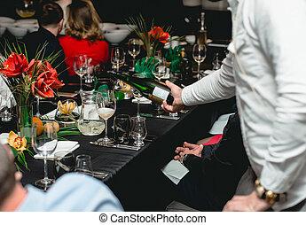 酒, 傾瀉, 侍者, 玻璃, 紅的桌子, 餐館