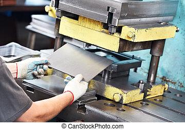金屬板, 工人, 機器, 操作, 壓