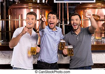 電視, 藏品, 人, 杯子, 觀看, 愉快, goal!, 手勢, 啤酒, 三, 酒吧, 當時