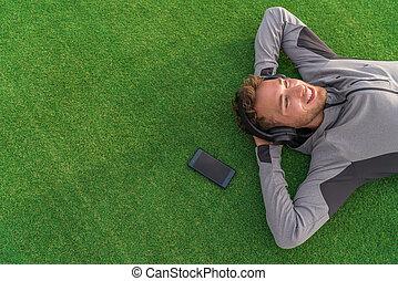 頭, 躺下, 愉快, 享用, 年輕, 听, 頭戴收話器, smartphone, mindfulness, app, 綠色, 音樂, 使用, park., 人, 夏日, 成人, 後面, 武器, 草, 電話, 概念, 放松