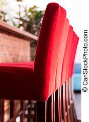 高的椅子, 紅色