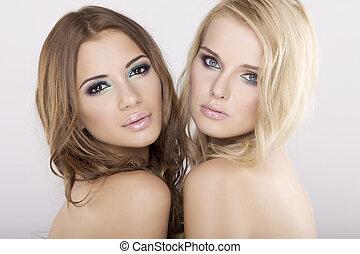 黑發淺黑膚色女子, 女朋友, -, 二, 白膚金發碧眼的人