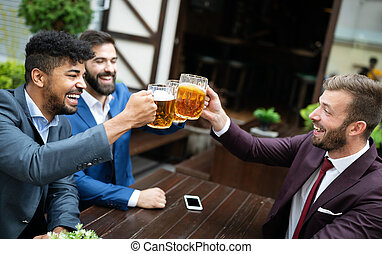 friends., 愉快, 最好, 會議, 商人, 啤酒, 年輕, 談話, pub, 喝酒
