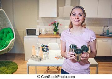 recycling., 婦女, 再利用, 金屬, 年輕, 錫罐, 背景, 藏品, 微笑, 廚房