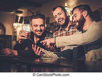 smartphone, 老, 計數器, pub., 快樂, 啤酒, 草稿, 樂趣, 酒吧, 喝酒, 朋友, 有