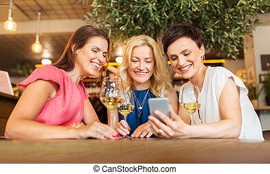 smartphone, 酒吧, 餐館, 酒, 或者, 婦女